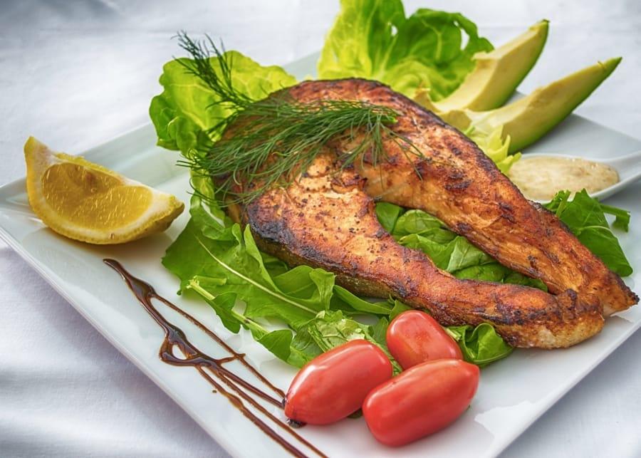 Salmone alla griglia e avocado