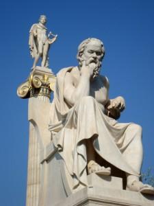 Statua di Socrate con Apollo Licio alle spalle