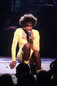 Whitney Houston durante un concerto televisivo nel 1991