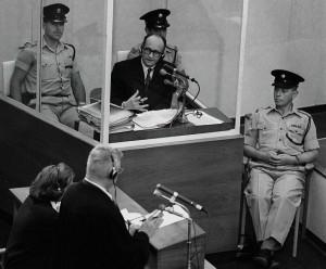 Adolf Eichmann sul banco degli imputati a Gerusalemme, in un processo che non mancò di stimolare varie riflessioni e frasi memorabili ad Hannah Arendt