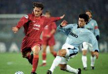 Tra i migliori marcatori della serie A di sempre c'è anche Francesco Totti, qui impegnato in un derby con la Lazio nel 1996/97