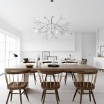 Sala da pranzo completamente bianca, con la variazione del tavolo e delle sedie