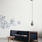 Salotto spoglio: solo divano e luce