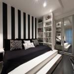 Una stanza in cui il nero e le tonalità scure si ritagliano parecchio spazio