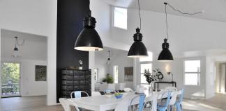 Sala da pranzo tipicamente nordica con vari elementi neri