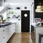 Una cucina con forte contrasto tra bianchi e neri