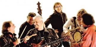Pino Daniele e la band che spesso lo accompagnava nell'esecuzione delle sue canzoni