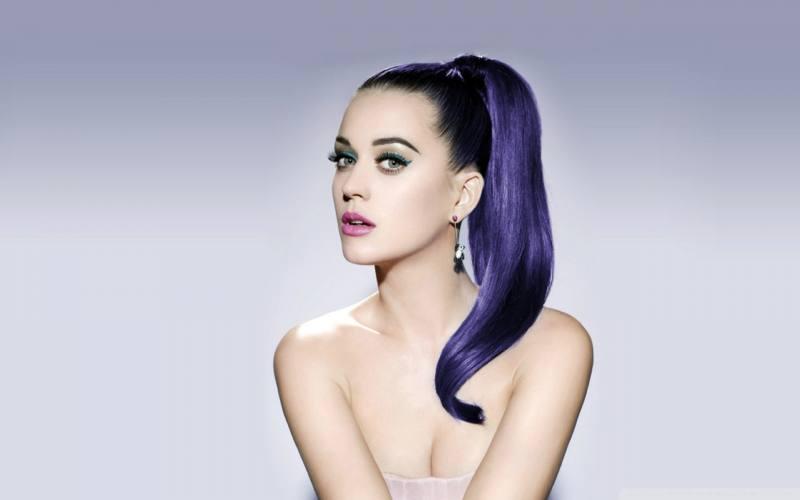 Katy Perry coi capelli viola