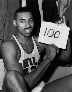 Wilt Chamberlain celebra la famosa partita in cui fece 100 punti