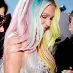 Capelli arcobaleno nella rapper Kesha