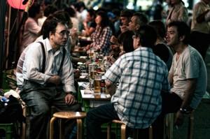 Giapponesi adulti impegnati a bere