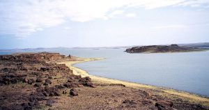 Il Lago Turkana – uno dei più grandi dell'Africa – con la sua isola meridionale, in Kenya (foto di Doron via Wikimedia Commons)