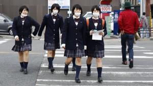 Ragazze giapponesi con le tipiche mascherine