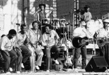 Paul Simon esegue una canzone di Graceland durante un suo concerto in Africa negli anni '80