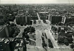 Piazza della Repubblica a Milano in una cartolina degli anni '50