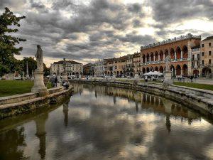 Prato della Valle a Padova, una delle piazze più grandi d'Europa