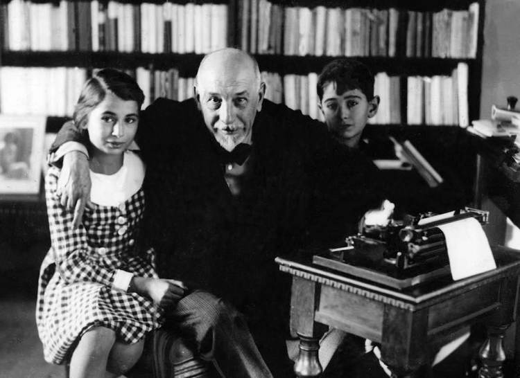 Luigi Pirandello fotografato nella sua casa in tarda età