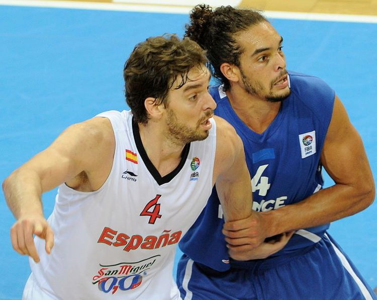 Joakim Noah marca stretto Pau Gasol in Nazionale, sfruttando i limiti delle regole del basket (foto di Christopher Johnson via Wikimedia Commons)