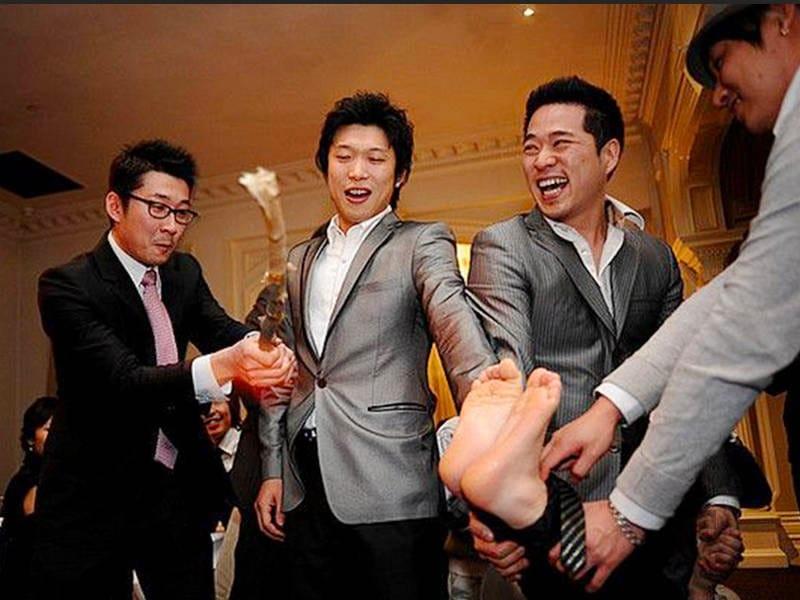 In Corea (e nelle famiglie coreane in occidente) è d'uso picchiare i piedi dello sposo