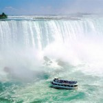 Il Maid of the Mist sotto alle cascate del Niagara