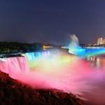 Le cascate illuminate di notte