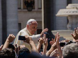 Papa Francesco tra i fedeli (foto di Alfredo Borba via Wikimedia Commons)
