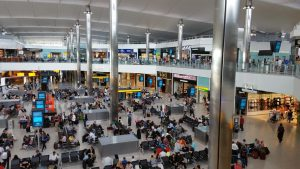 Il trafficato interno dell'aeroporto di Heathrow a Londra