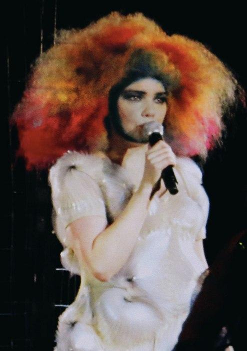 Björk in uno dei suoi vestiti caratteristici (foto di Rlef89 via Wikimedia Commons)