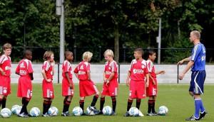 Dennis Bergkamp assieme ad alcuni giovani allievi dell'Ajax