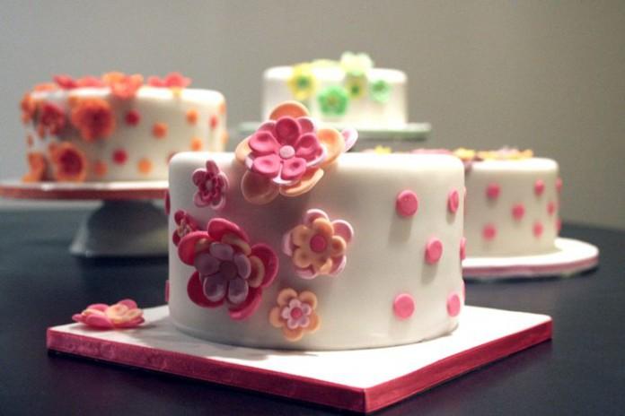 Cinque libri per decorare torte con la pasta di zucchero ...