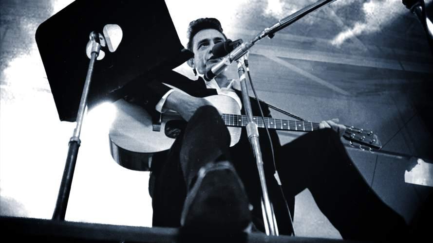 Johnny Cash con la sua inseparabile chitarra