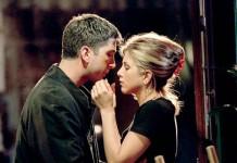 Rachel e Ross di Friends durante il loro celebre primo bacio