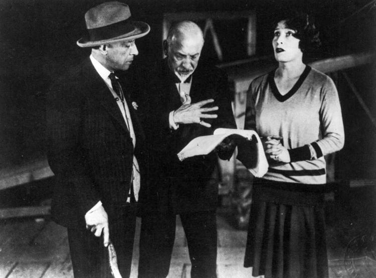 Luigi Pirandello mentre discute con i suoi attori Marta Abba e Lamberto Picasso
