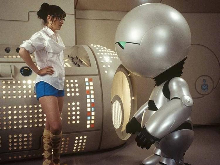 Marvin assieme a Zooey Deschanel nell'adattamento cinematografico della Guida galattica per autostoppisti