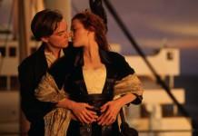 Leonardo DiCaprio e Kate Winslet pronti a baciarsi in Titanic