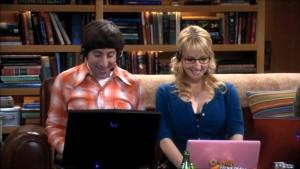Howard e Bernadette entrambi al computer