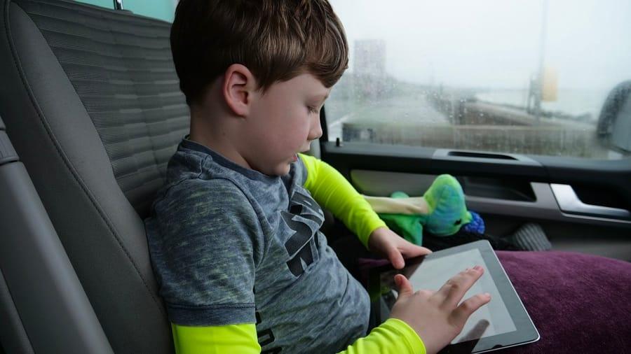 Un bambino col suo tablet