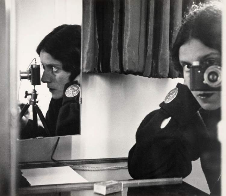 Autoritratto di Tina Modotti, l'unica donna tra i fotografi italiani più famosi