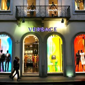 La facciata del negozio di Versace in via Montenapoleone a Milano