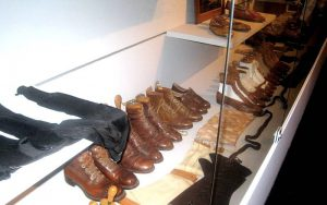 Le calzature di D'Annunzio, recentemente esposte in mostra (foto di Sandra Grampa via Wikimedia Commons)