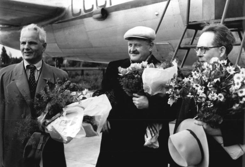 Nazim Hikmet, al centro, a Berlino nel 1952 (foto di Horst Sturm dagli Archivi Federali Tedeschi)