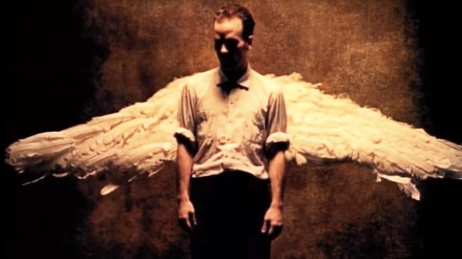 Un fotogramma del video di Losing My Religion dei R.E.M.