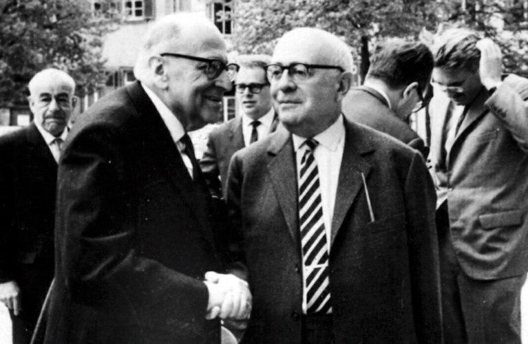 Horkheimer e Adorno – due dei principali esponenti della Scuola di Francoforte – nel dopoguerra, con, sullo sfondo, un giovane Jürgen Habermas