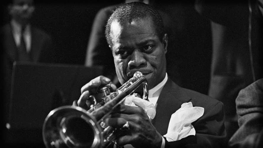 Louis Armstrong con la sua inseparabile tromba (e le sue canzoni più belle)