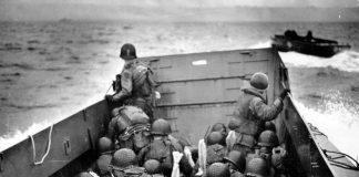 I soldati americani si avvicinano a Omaha Beach durante lo sbarco in Normandia