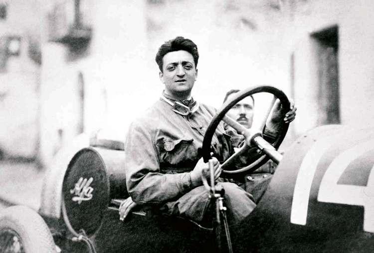 Un giovane Enzo Ferrari alla guida di un'Alfa Romeo