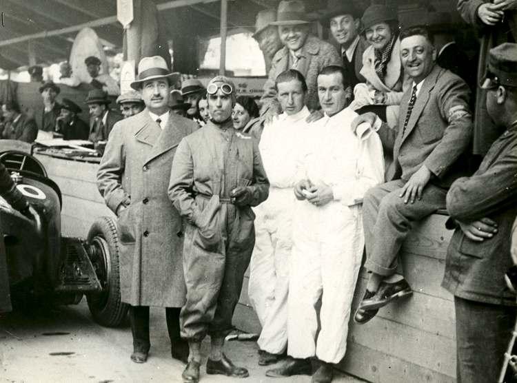 Enzo Ferrari, sulla destra, fotografato assieme a Tazio Nuvolari e alla sua squadra
