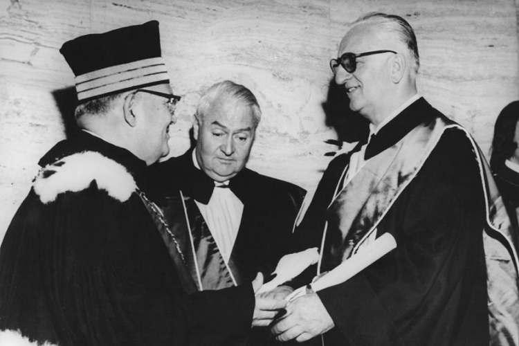 Enzo Ferrari durante il conferimento di una delle sue numerose lauree honoris causa