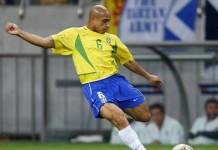 Roberto Carlos mentre carica il suo potentissimo sinistro che in carriera l'ha portato a realizzare molti gol