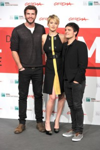 Josh Hutcherson assieme ai suoi compagni nei film di Hunger Games, Jennifer Lawrence e Liam Hemsworth